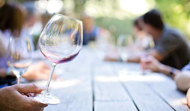 Motivos saludables para tomar vino (con moderación)
